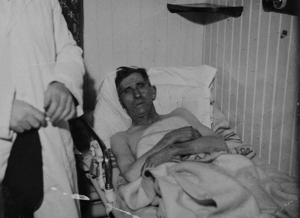 """Kapt. Johan Ellingsen ombord i """"Leda"""" efter """"Karmt"""" forlis jan. 1937"""