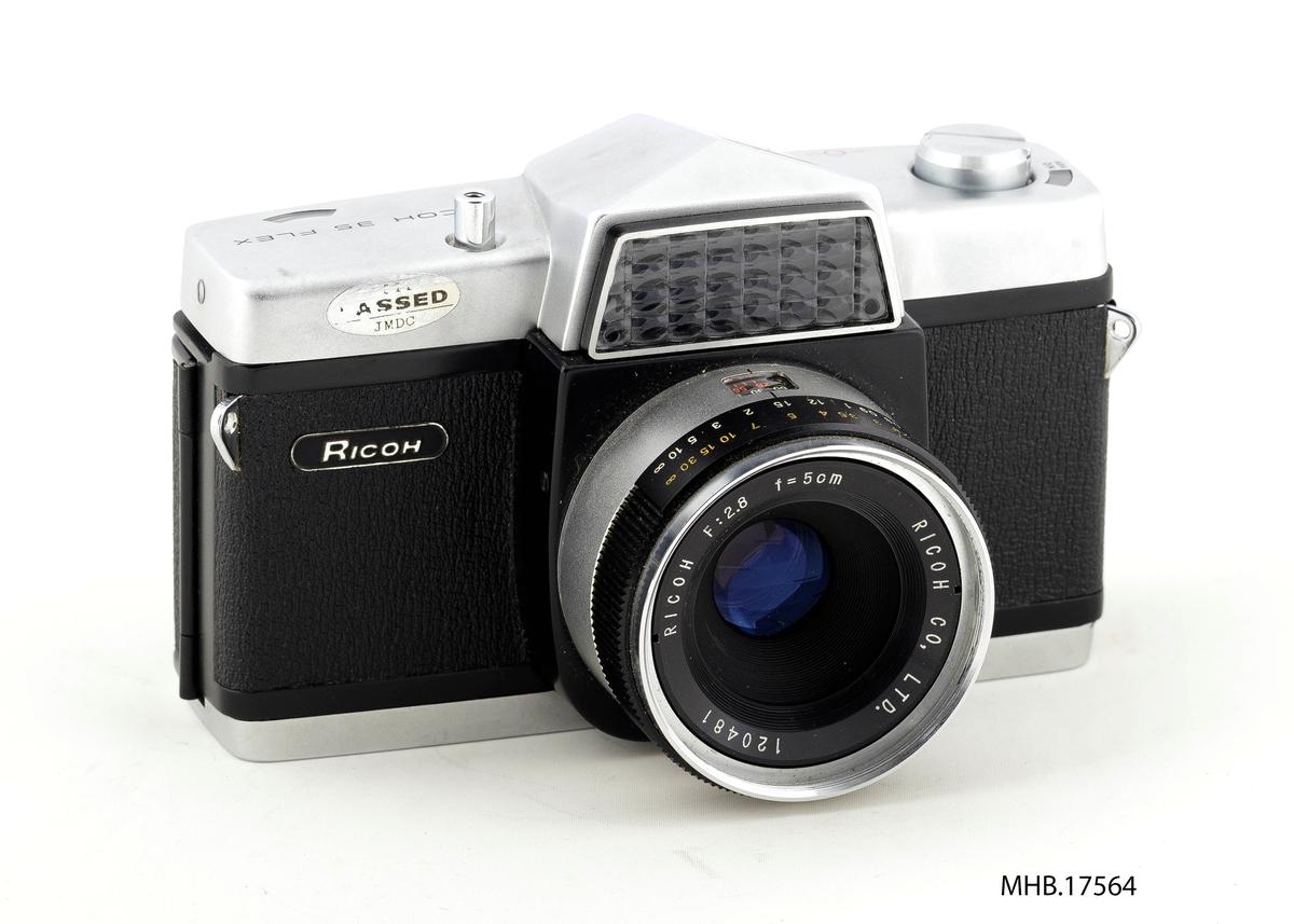 Fotoapparat SLR Ricoh 35 Flex med etui (filmrull 35 mm). Ricoh 4-element 2.8/50 linse; Seikosha lukker. Produksjonssted Japan.