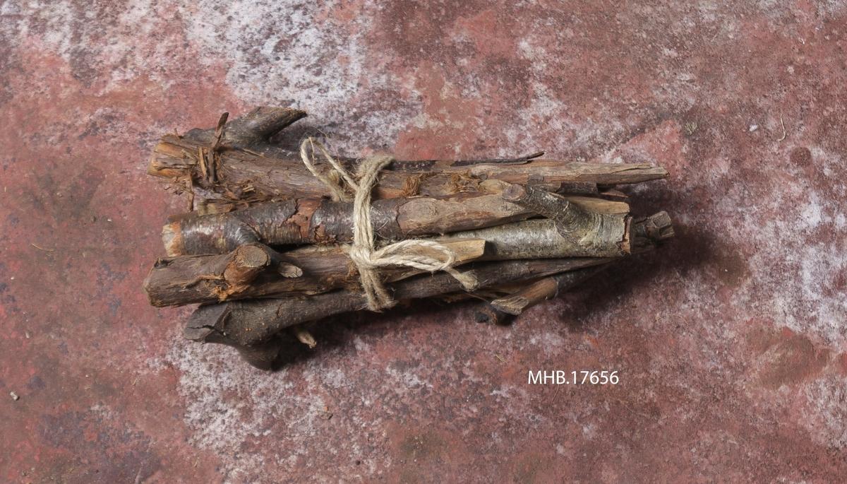 10-12 trepinner bundet sammen med en hyssing