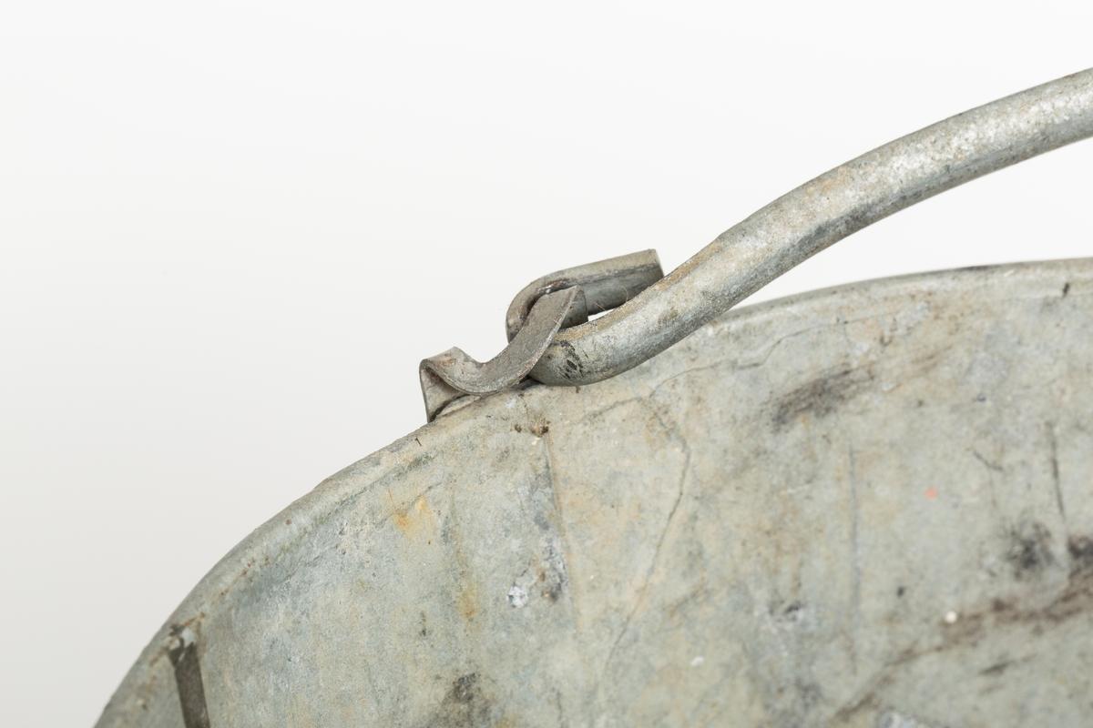 Grå metallbøtte med hank. Sotflekker på innsiden.