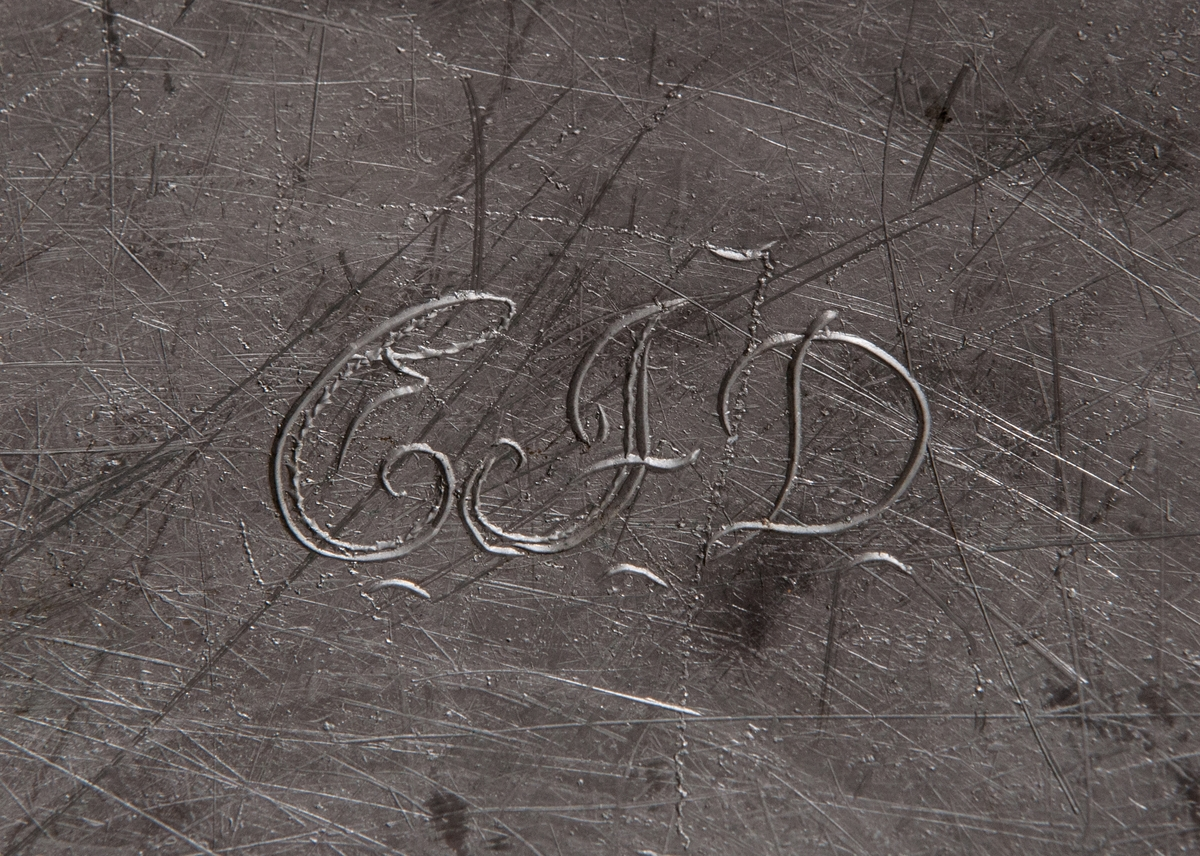 """Fat, cirkelrunt men uppåtsvängt brätte. Brättet bredd 4,2 cm. Stämplat. Initialer på baksidan av fatet """"CFD""""."""