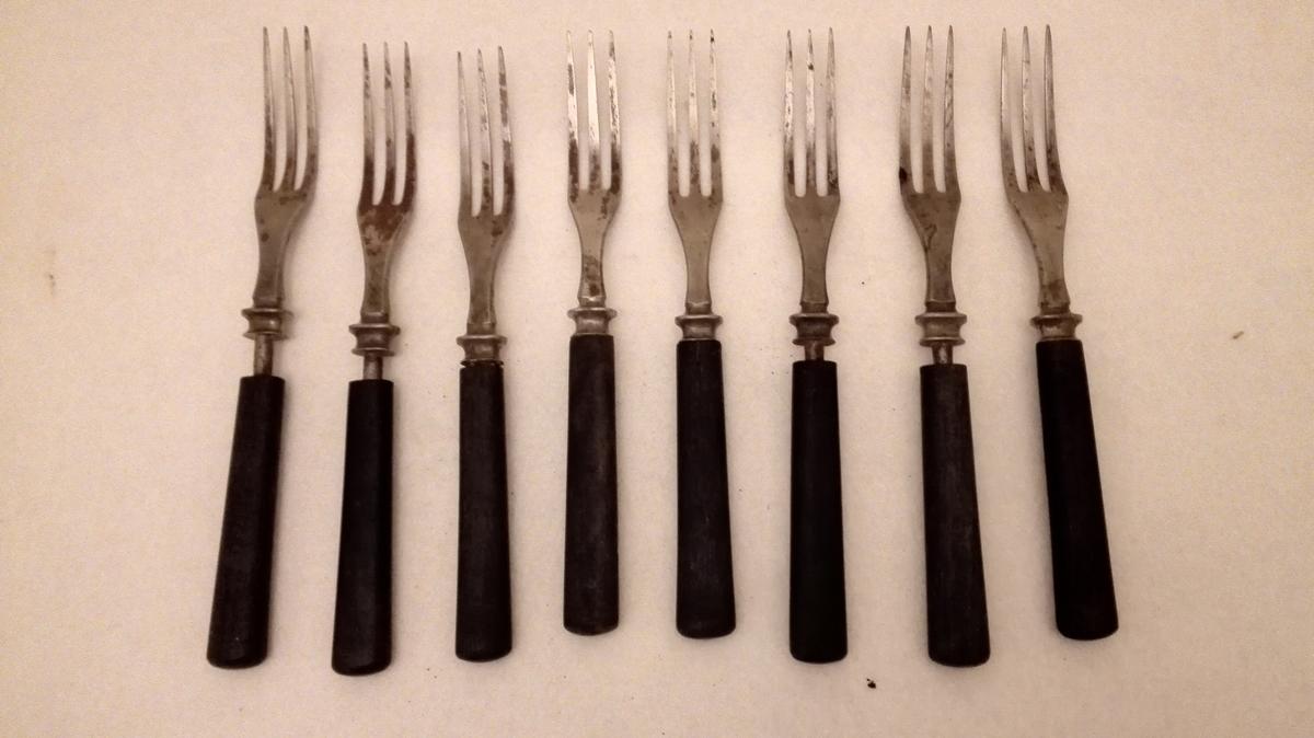 Form: Kraftige smale gaflar m. 3 tindar.
