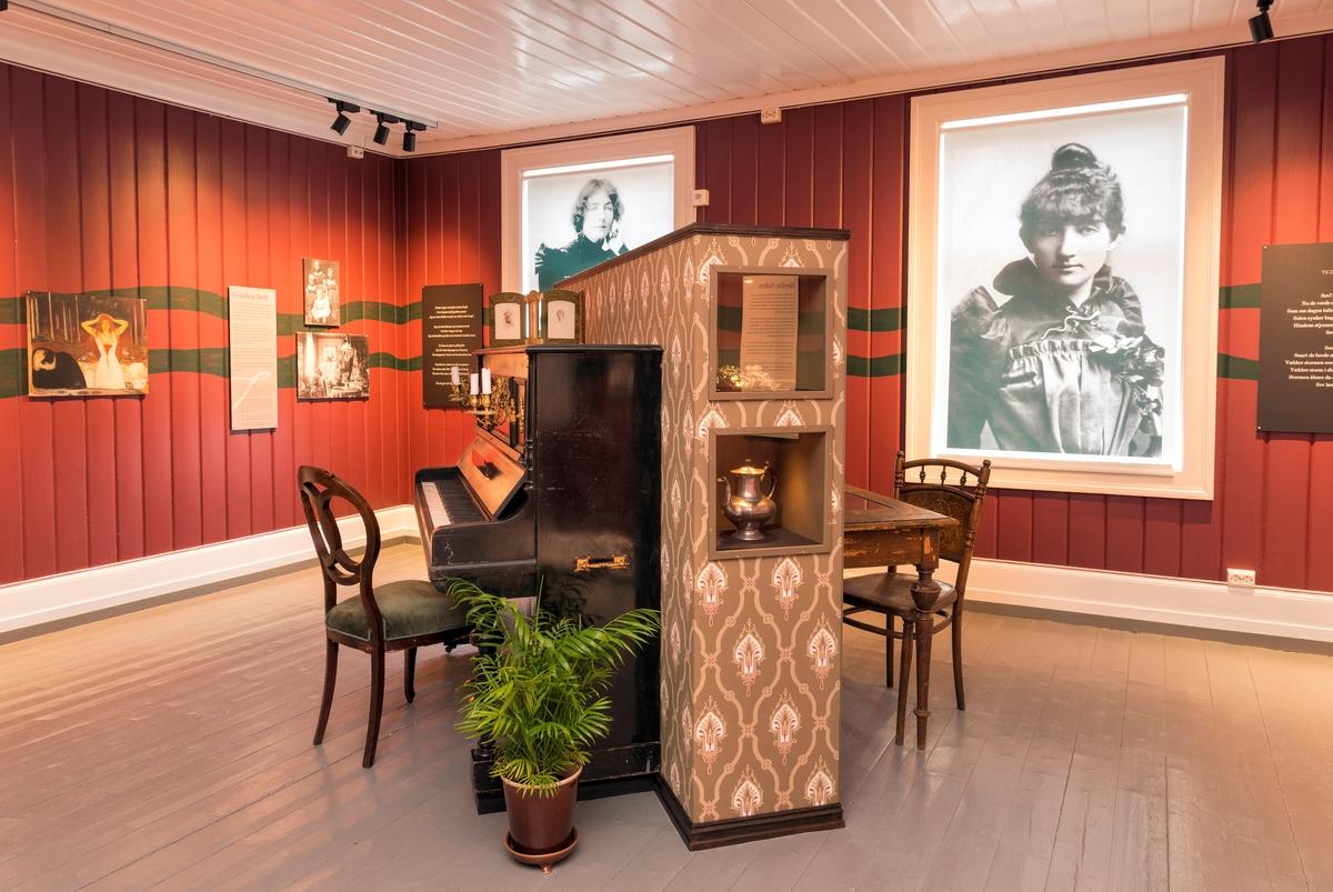 Utstilling på Kvinnemuseet på Kongsvinger. Dagny Juel. Utstillinger. Kongsvinger museum. Interiør.
