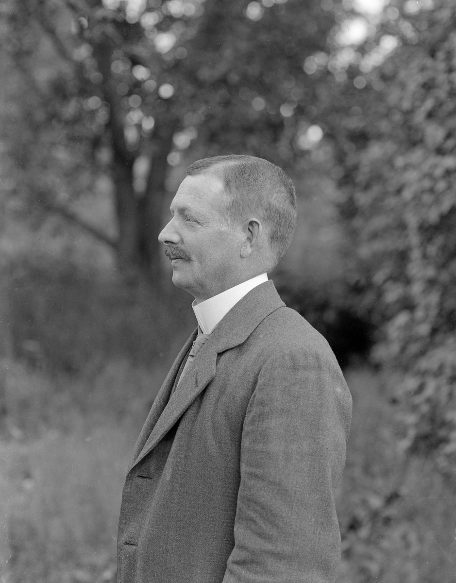 Porträtt av August Engvall. Till yrket bokhållare, boende i Äng under Flodlycke.