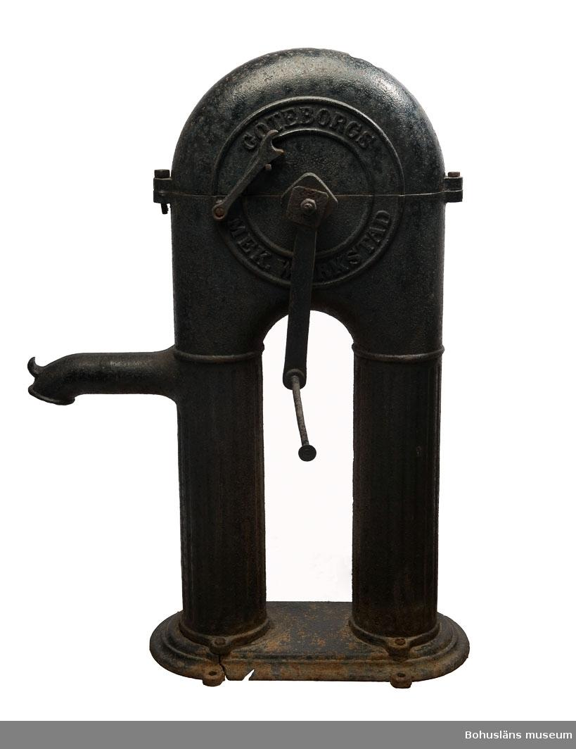 """Ur handskrivna katalogen 1957-1958: Pump av järn """"Gbg. mek. verk."""" H. 100; L. 73; Br. 28 cm (veven oräkn.); på sidan ett rör där vattnet kommer; att vevas. Rost. Hel.  Lappkatalog: 44"""