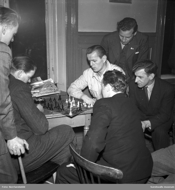 Sjömanshemmet i Sundsvall, Sjögatan 10-11. Kaffestund och schackspel för gästerna.
