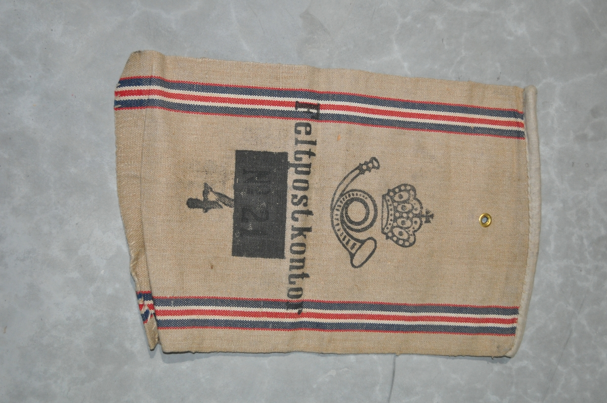 Grå/gul postsekk med vertikale striper, logo og tekst.