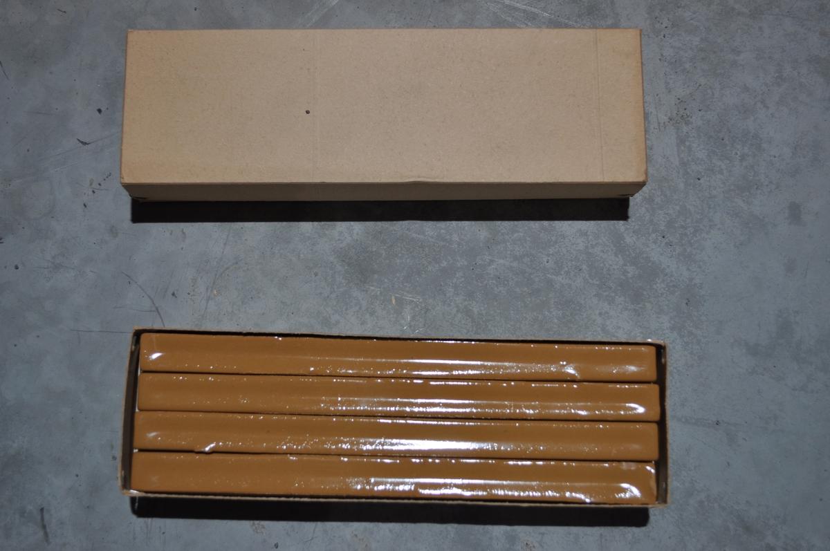 Eske med 8 gulbrune lakkstenger (2 esker).