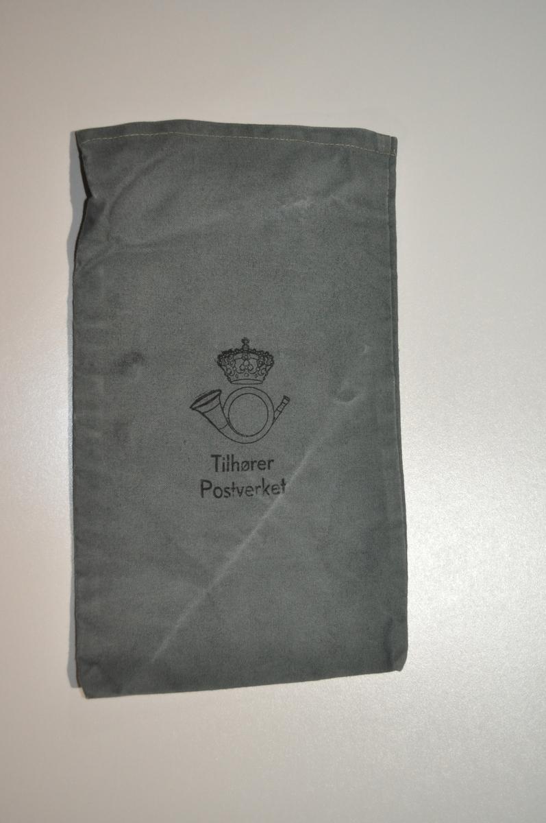 Grå myntpose med logo og skrift.