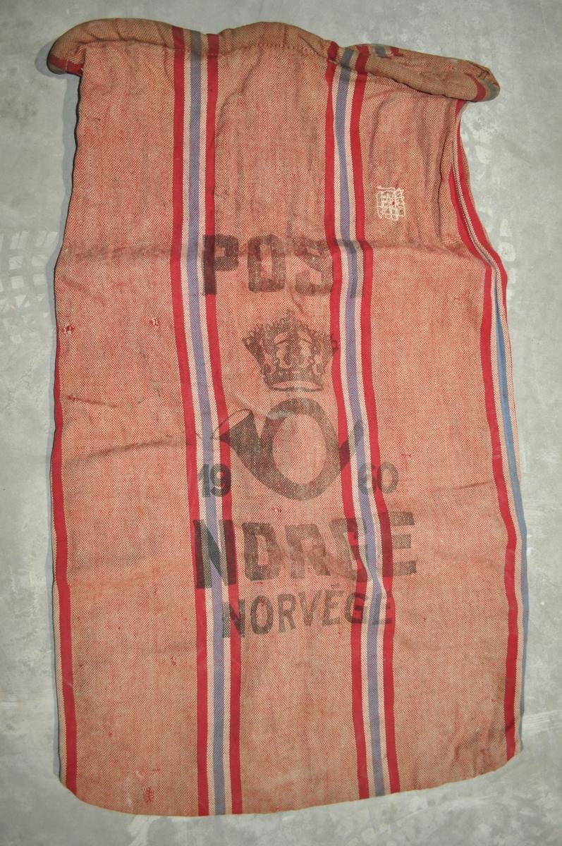 Postsekk i rød/rosa farge og nasjonalstriper.