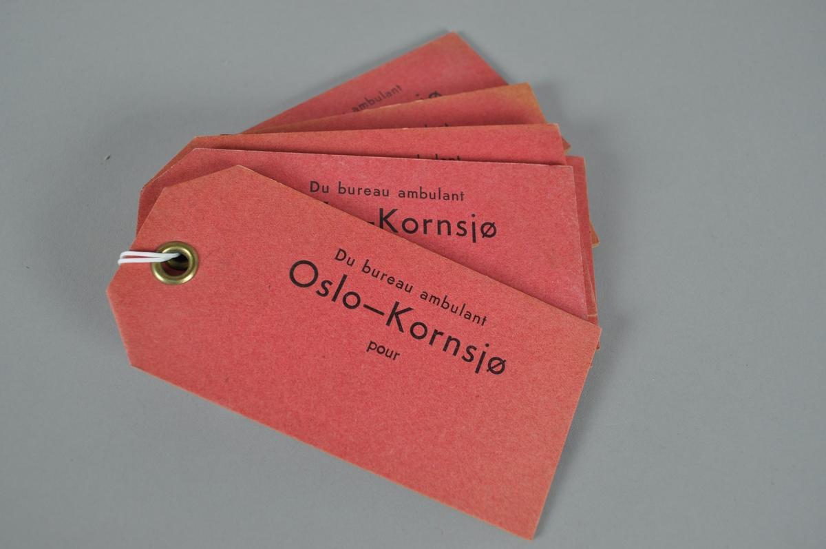 Verdipostmerkelapp i papir med rød farge. Svart påtrykk.