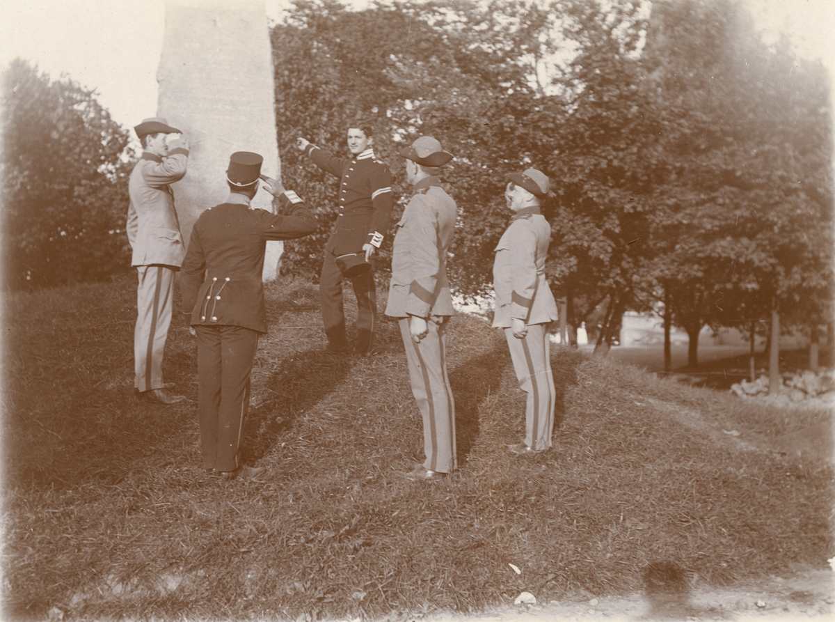 Soldater vid Göta livgarde I 2 framför Svea livgardes I 1 minnessten i Gustav Adolfsparken i Stockholm.