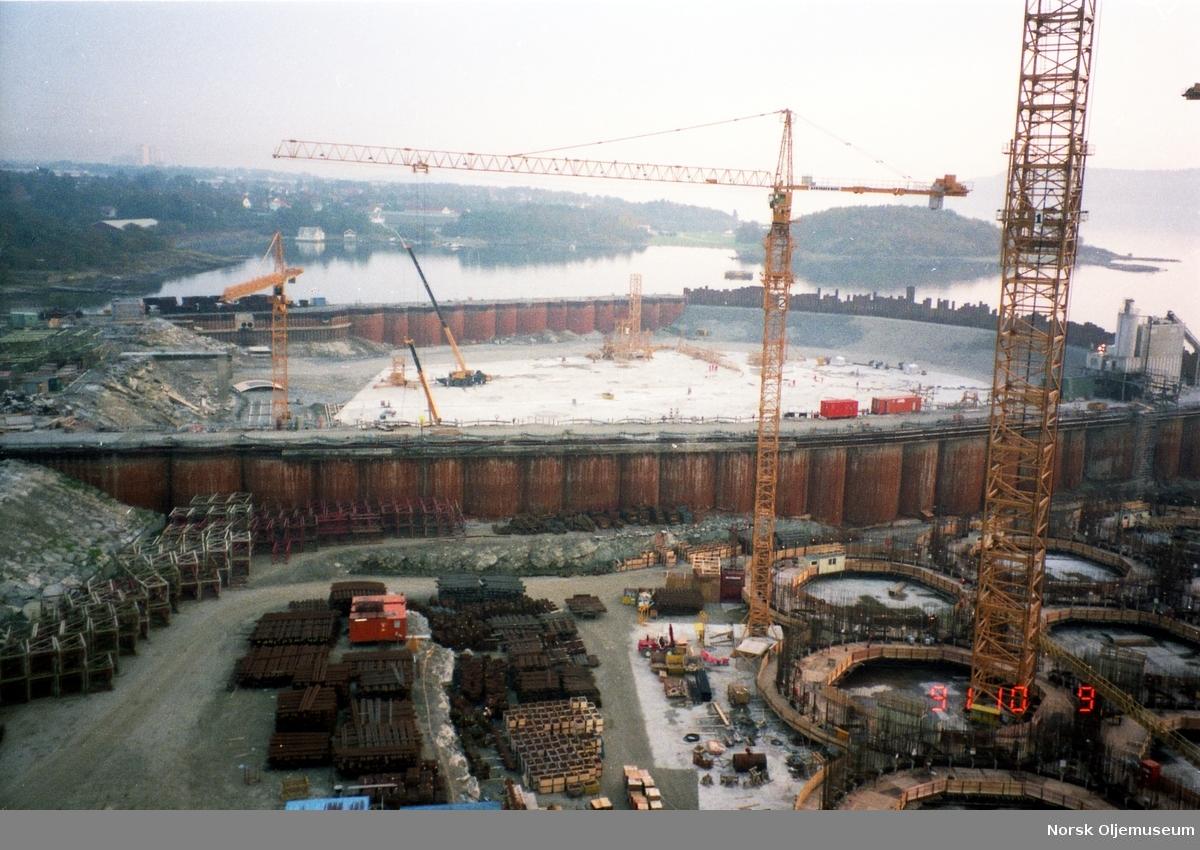 Anleggsområdet med tørdokkene til Norwegian Contractors i Jåttåvågen.
