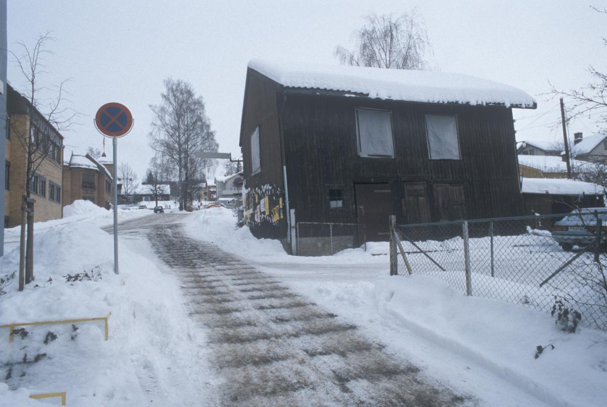 Lillehammer, sentrum, uthus til G. C. Lundes eft. A/S, Fossegutua, mot øst