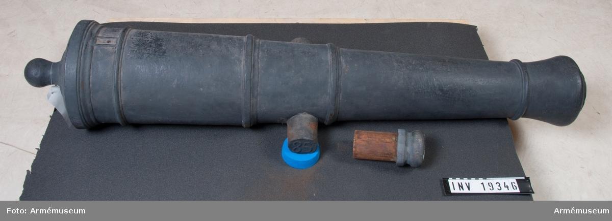 Eldrör till 3 pundig kanon, 1785. Eldröret är gjutet i Hällefors 1785. Eldrörets vikt är 320 kg och dess längd 1515 mm. Vänster tapp märkt H och höger tapp 85. På kammarstycket: II:VI:X (se ritning i bilaga). Kalibern är 77 mm - 3 pundig.