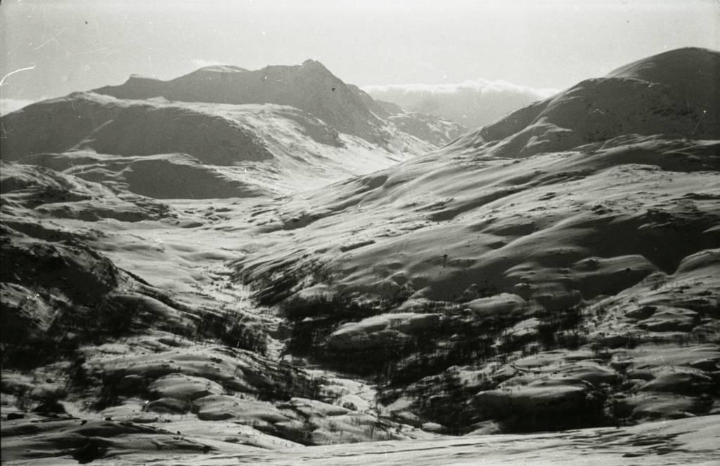 Sørdalen deles til høyre med Hunddalen og t.v.  i Nordbergryggen opp til Oallavagge. (boks mrk. B J. vinter )