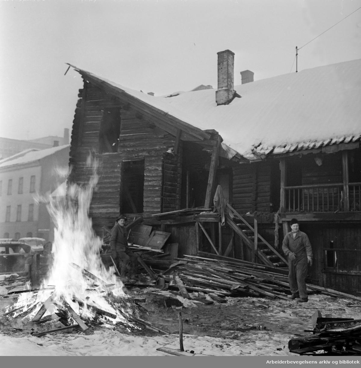 Vaterland. Saneringen. Gammel gård i Karl den 12.s gate har en gang vært kongelosje, blir nå revet og brent. Januar 1962