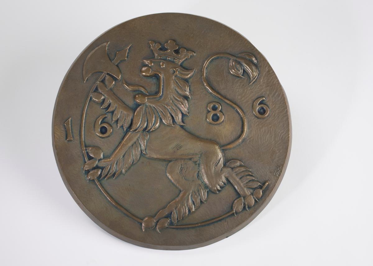 Løve med krone og øks, og årstallet 1686.