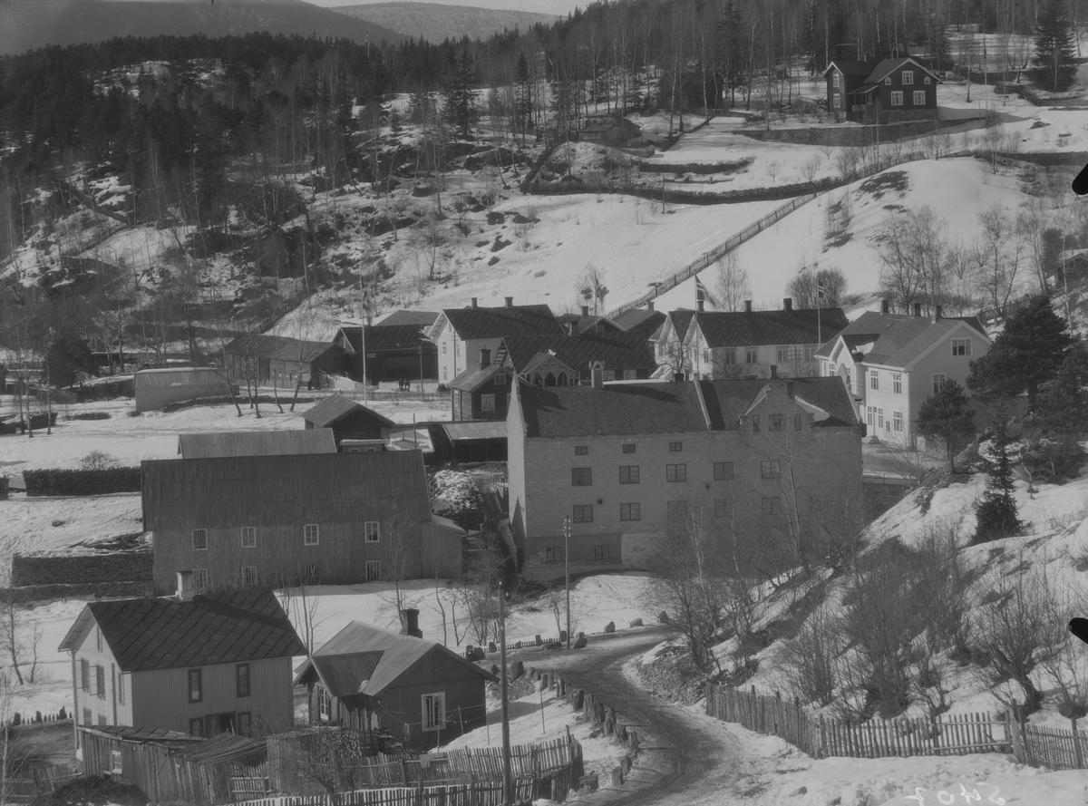 Ringebu. Vålebru sett fra Åkjølbakken, som er nederste del av Vekkomvegen mot Brugata. Huset til venstre er Slavoldskafeen eller Dahlen kafé. Vaala Bruk bak.