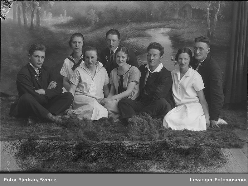 Gruppebilde av fire menn og fire kvinner, En av mennene heter Krogstad fornavn ukjent, en annen har navnet Pederseon fornavn ukjent