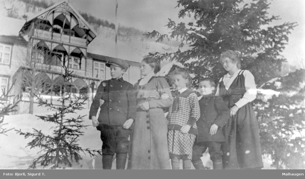 Stuguflotten m hotellet i bakgrunn Ingeborg (Norderhus) Stueflotten m barn og tjenestejente