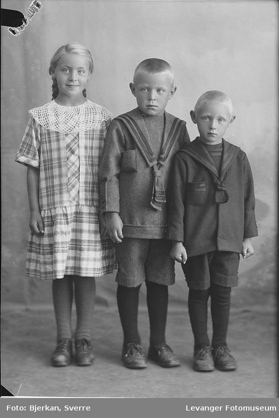 Gruppebilde av tre barn, trolig søsken. Kvinnen heter Martha Nesjø