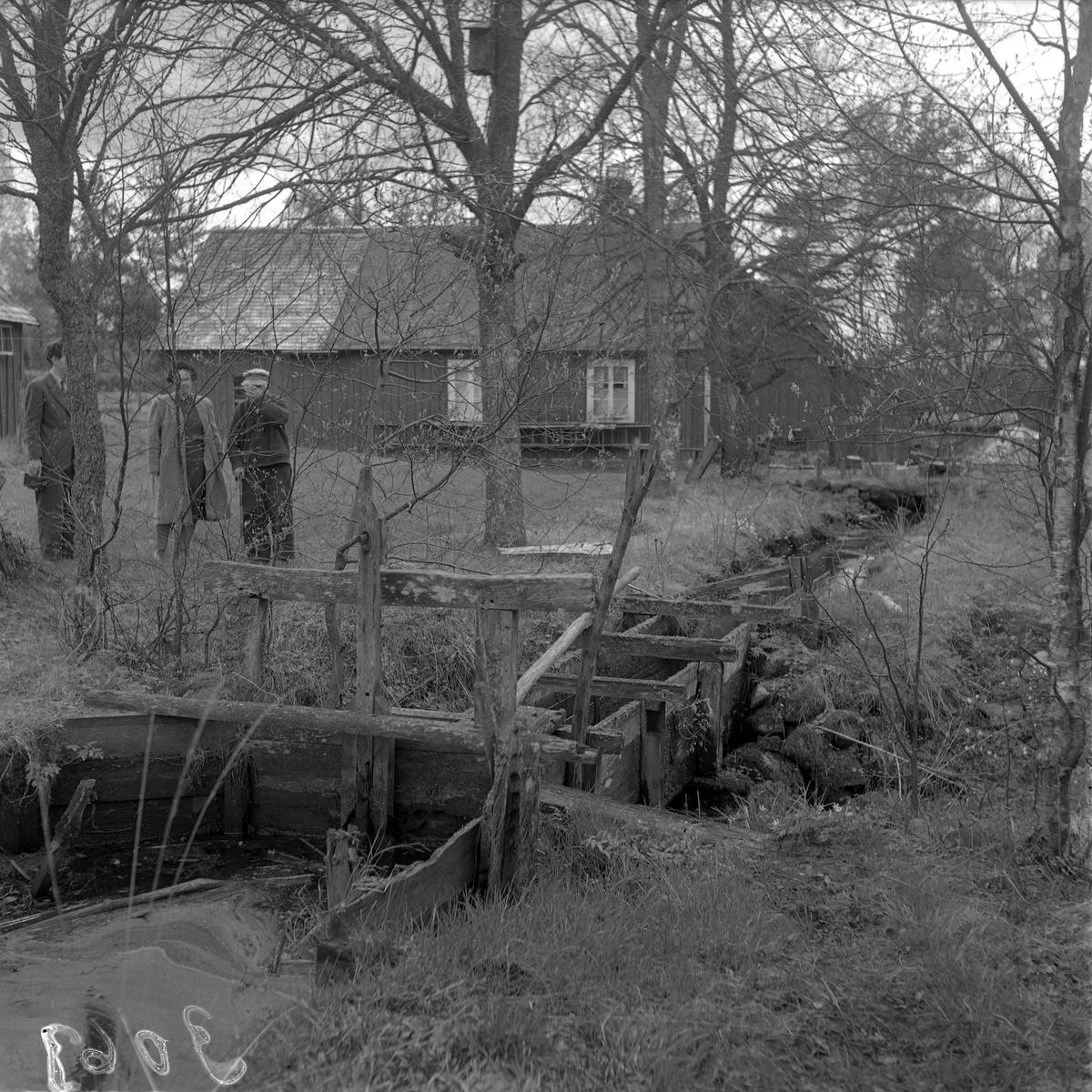 Svarvaren Edvard Qvist vid den naturliga bäcken, där en ränna har byggts.