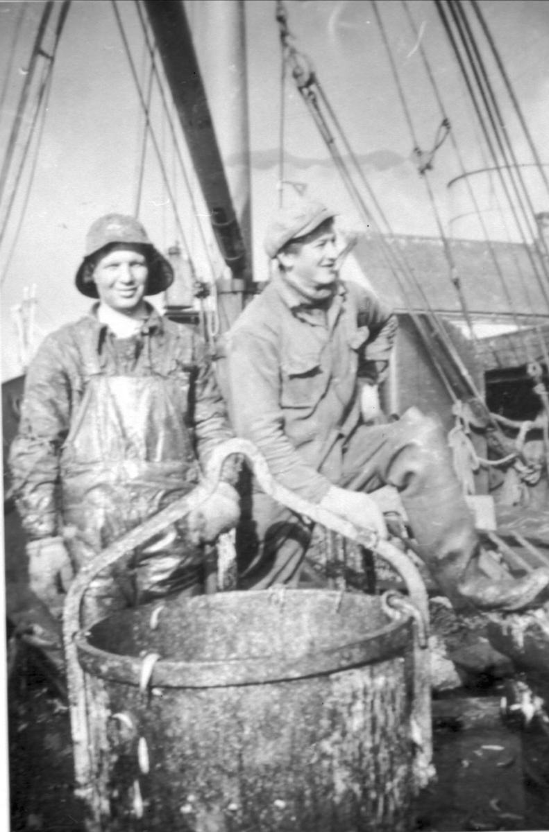 To sildefiskere ombord i en båt.