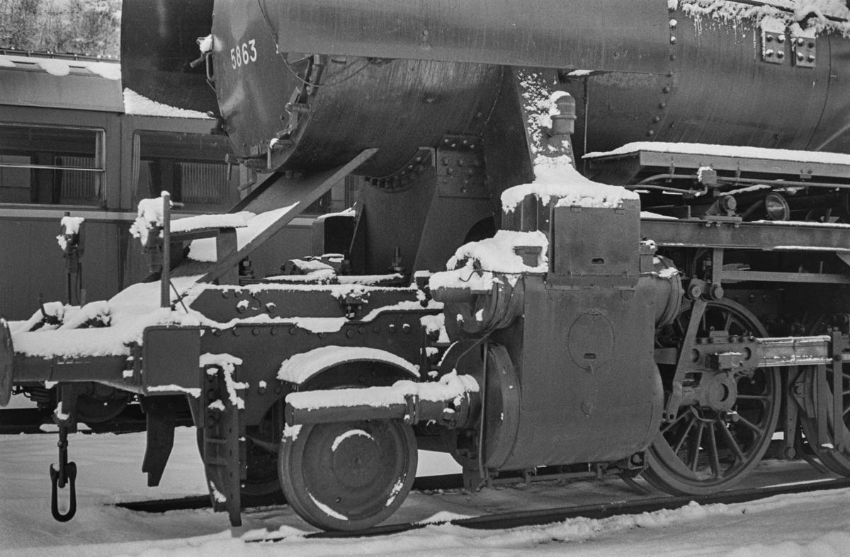 Utrangert damplokomotiv type 63a nr. 5863 på Marienborg. Lokomotivet er underveis til hugging.