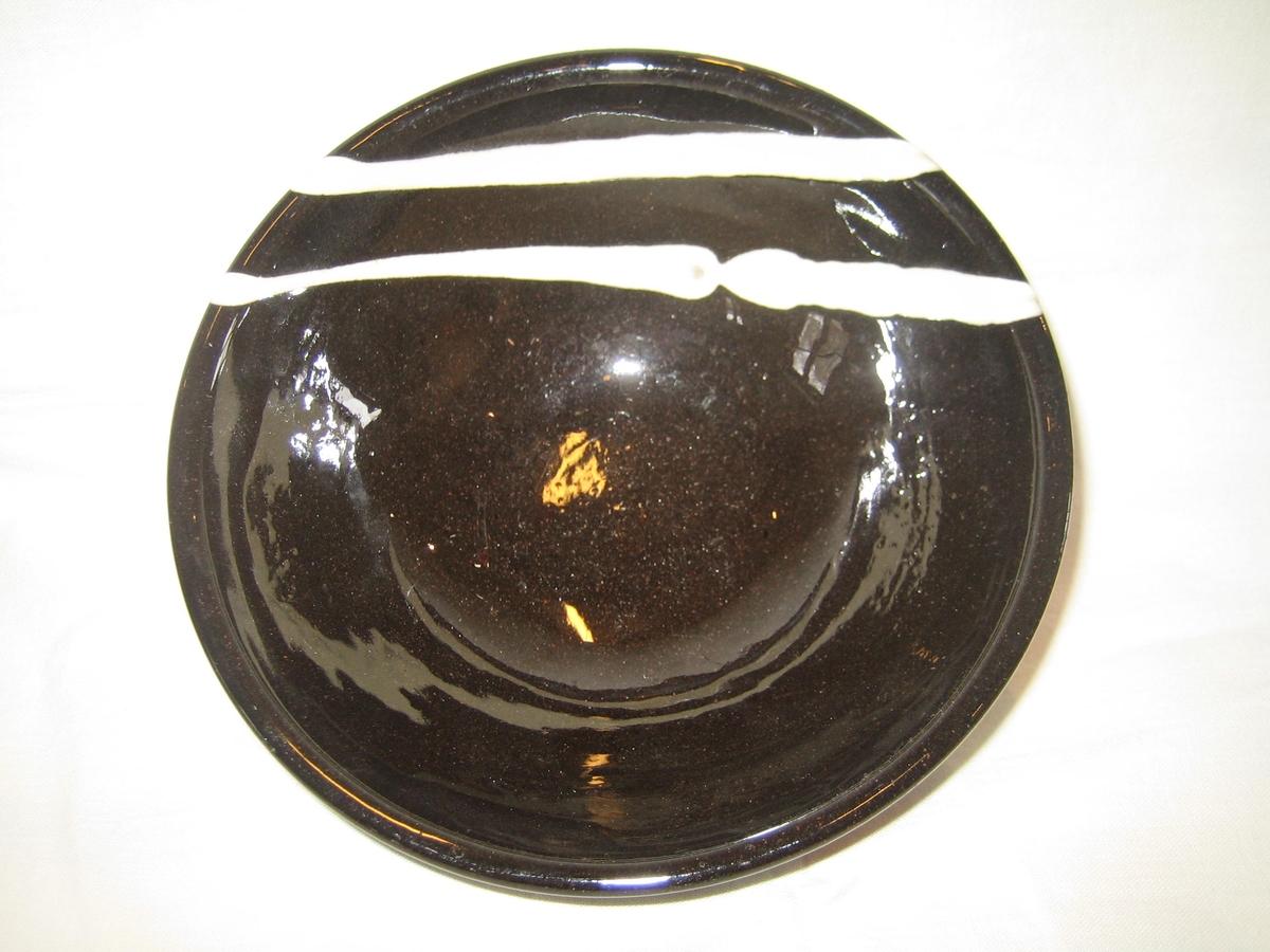 5 st runda skålar i naturfärgad keramik på utsidan och svart glasyr på insidan, dekorerade med vit glasyr i något olika utförande.