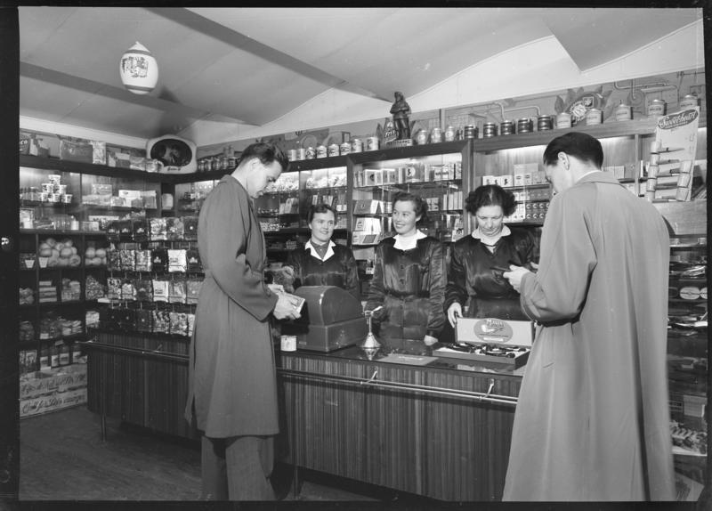 Betjening over disk i A. Thomsens Tobakkshandel på Strømmen 1955. Foto: Asbjørn Gundersen. MiA