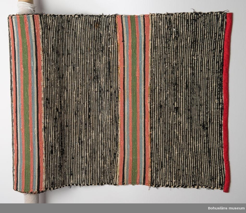 Se UM021224:001  Litteratur: Kerstin Ankert/Ingrid Frankow, Den svenska trasmattan, en kulturhistoria, Prisma 2003.