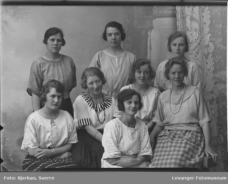 Gruppebilde av åtte kvinner. En av dem heter Astrid Kjelås