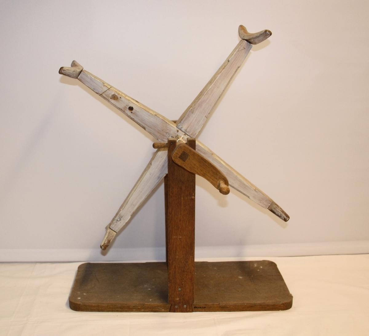 Hespetre til å stå på bordet. Spolehjulet er vertikalt montert med sveiv i og står på ein trekloss.