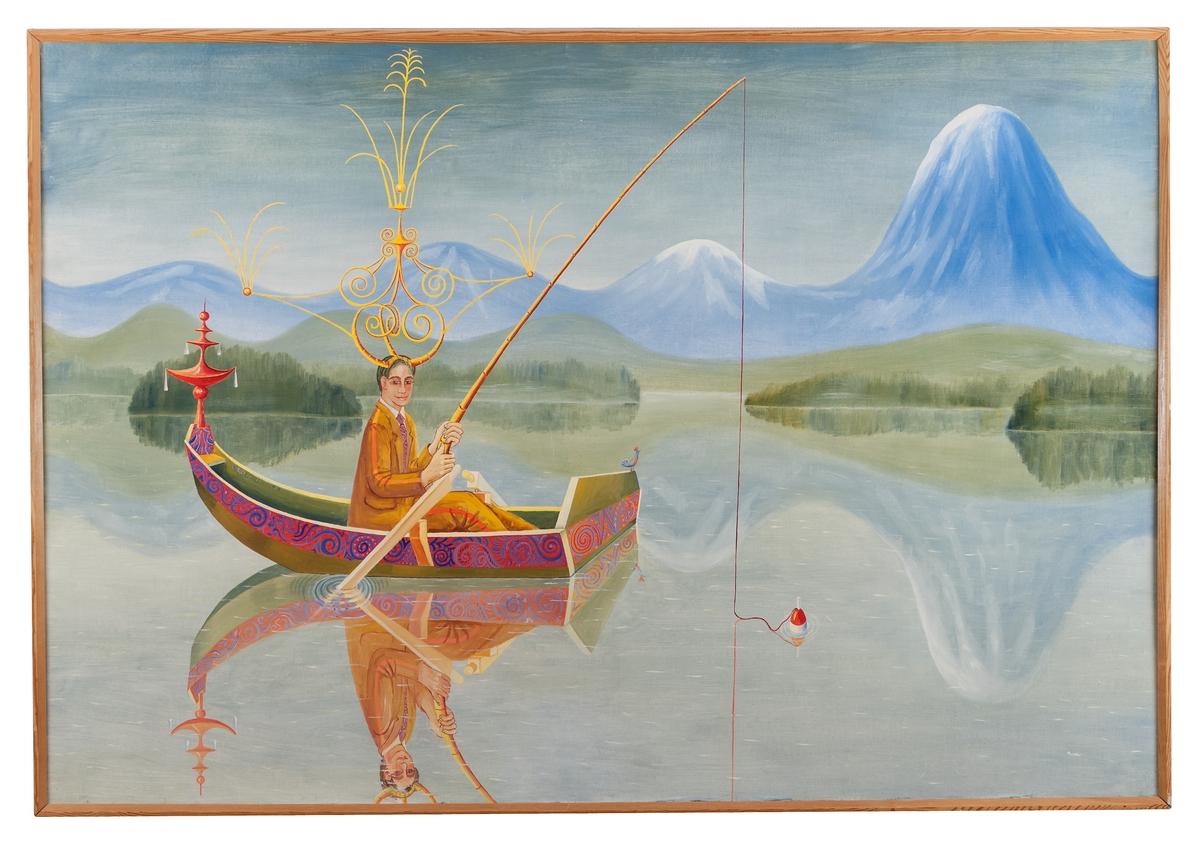 Montering/Ram: Omålad träram, original Metande man sittande i eka på spegelblank sjö. Mannen är klädd i kostymdräkt samt bär en dekorativ fantasikrona på huvudet. Ekan har en allmogebård och en galjonsfigur, som för tankarna till fjärran östern. I bakgrunden gröna holmar, skogar och berg, samt stora böljande blå fjälltoppar med inslag av snö. Hela bilden avspeglas i vattnet.