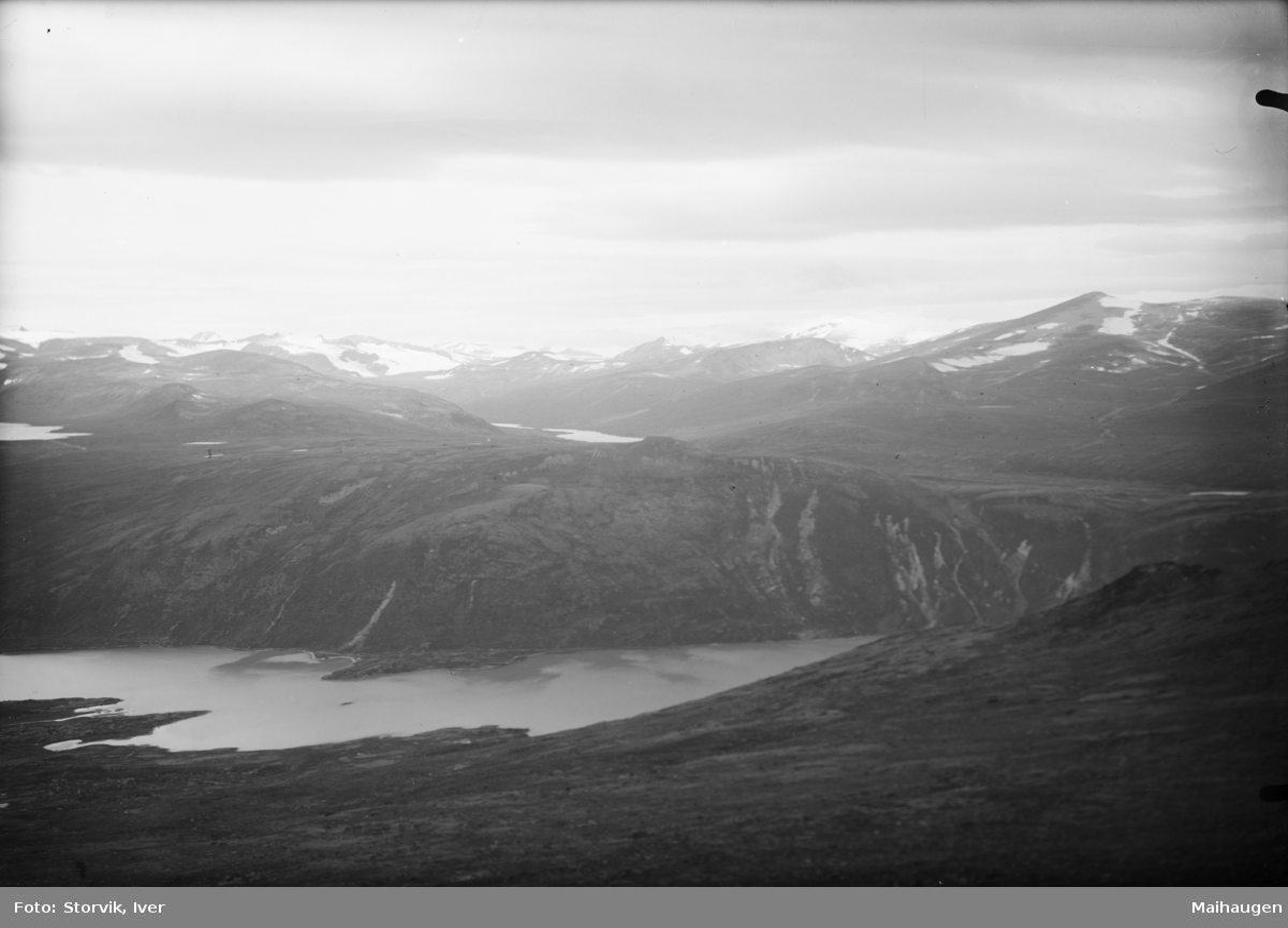 Jotunheimen, utsikt over fjellandskap og fjellvann