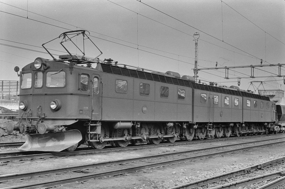Malmtogslokomotiv type DM3 nr. 1223-1241-1222 med malmtog på Vassijaure stasjon.