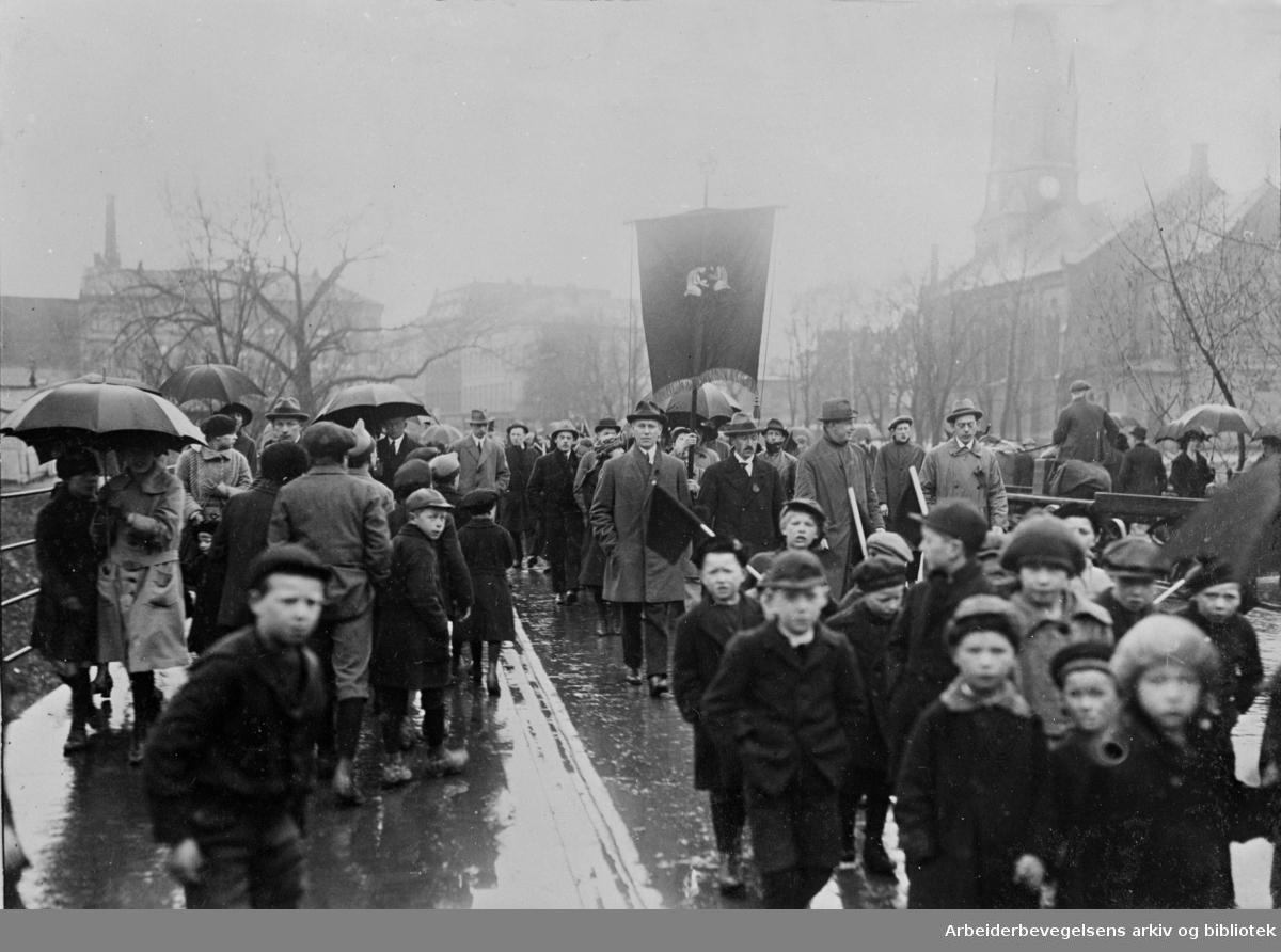 1. mai 1922 i Oslo. Barnetoget passerer Ankerbrua. Fanen i bakgrunnen tilhører Grünerløkkens Barnelag D.N.A.