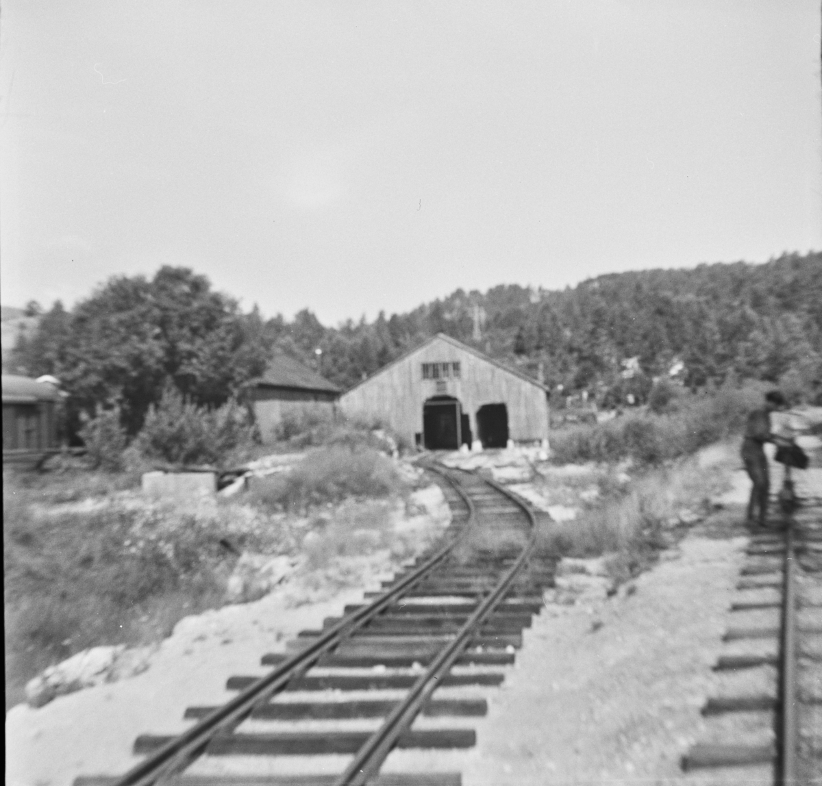 """""""Store bu"""", Setesdalsbanens midlertidige vognhall på Grovane."""