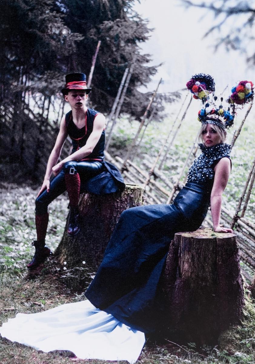 Döden skiljer oss åt, av Anna-Maria Jonsson.  Konstverk i blandteknik. Klänning, krona och fotografier. Klänning av linnetyg, syntettyg, konstläder samt detaljer i metall och tyg. Kronan tillverkad av metall, kassettband, delar av ölburkar, papper.