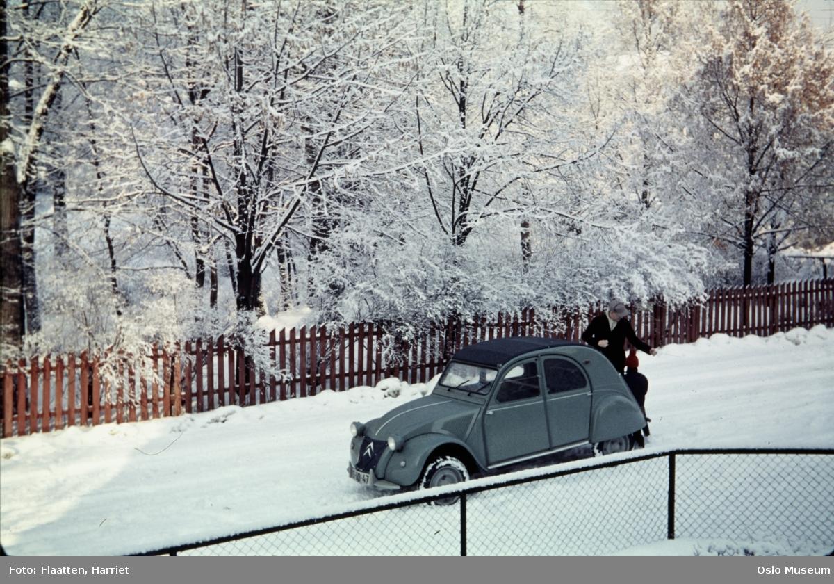 vei, bil, Citröen 2CV, mann, barn, gjerde, hage, snø