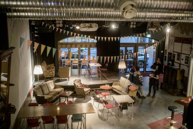 Sub-lokalet brukes til alt fra billig middagsservering til konserter og spillkvelder –i tillegg til gudstjenester. Foto: Rockheim/Marthe Amanda Vannebo.