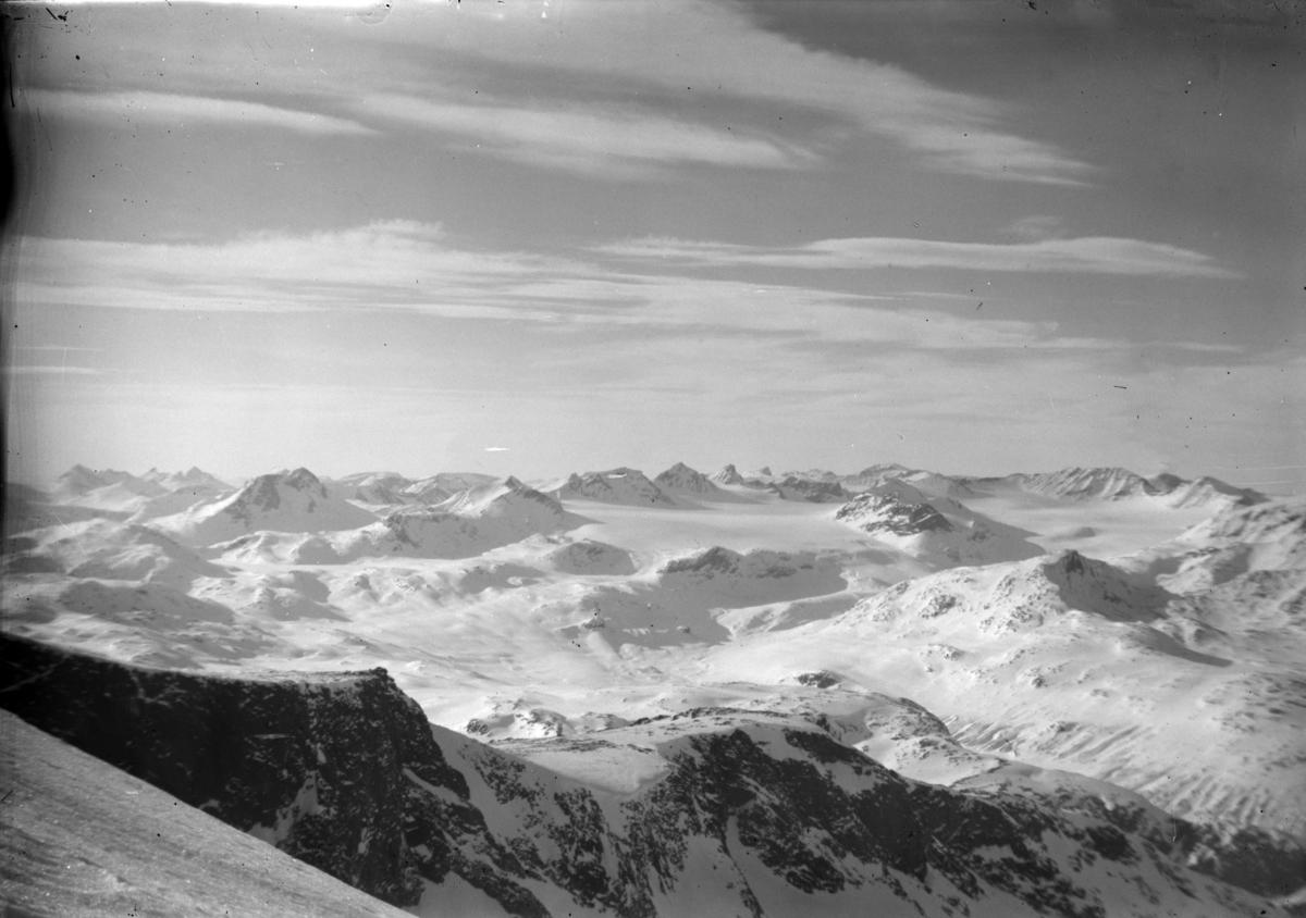 Utsikt over Jotunheimen fra fjelltopp, vinterlandskap