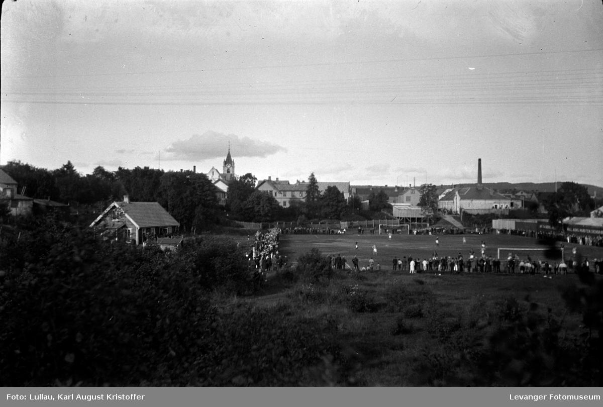 Fotball kam på Levanger stadion.  Orgelfabrikken Isachsen  & Renbjør, Meieriet  Kull, Koks og Ved Hansen til høyre. Det gamle elveløpet til venstre..
