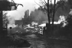 Østlendingen og Hotel Central i Gaarderbakken blir jevnet med jorden etter bombingen. Fotograf ukjent/ Glomdalsmuseets fotoarkiv.