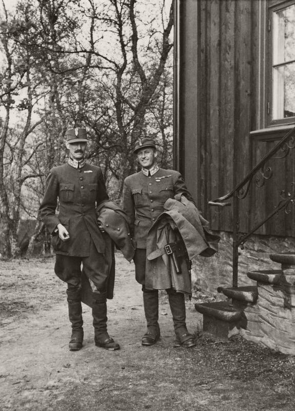 Konge og Kronprins utenfor Tromsø bispegård 7. juni 1940. Her blir det siste statsråd avholdt på norsk jord. Foto: Ukjent/De kongelige samlinger.