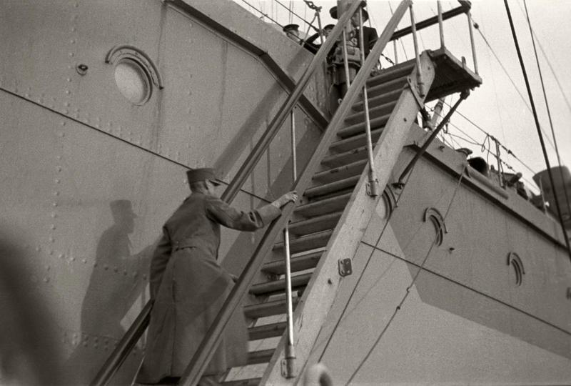 Den 7. juni 1940 går kong Haakon og kronprins Olav om bord i den britiske krysseren Devonshire med kurs for England. Foto: Nikolai Ramm Østgaard/ De kongelige samlinger. (Foto/Photo)