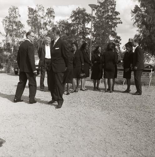 Gäster utanför kyrkan vid Albert Vikstens begravning, 29 juni 1969.