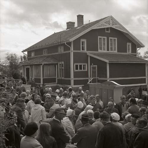 Kronbacka-auktionen den 5 september 1970. Mycket folk trängs ute på gården.