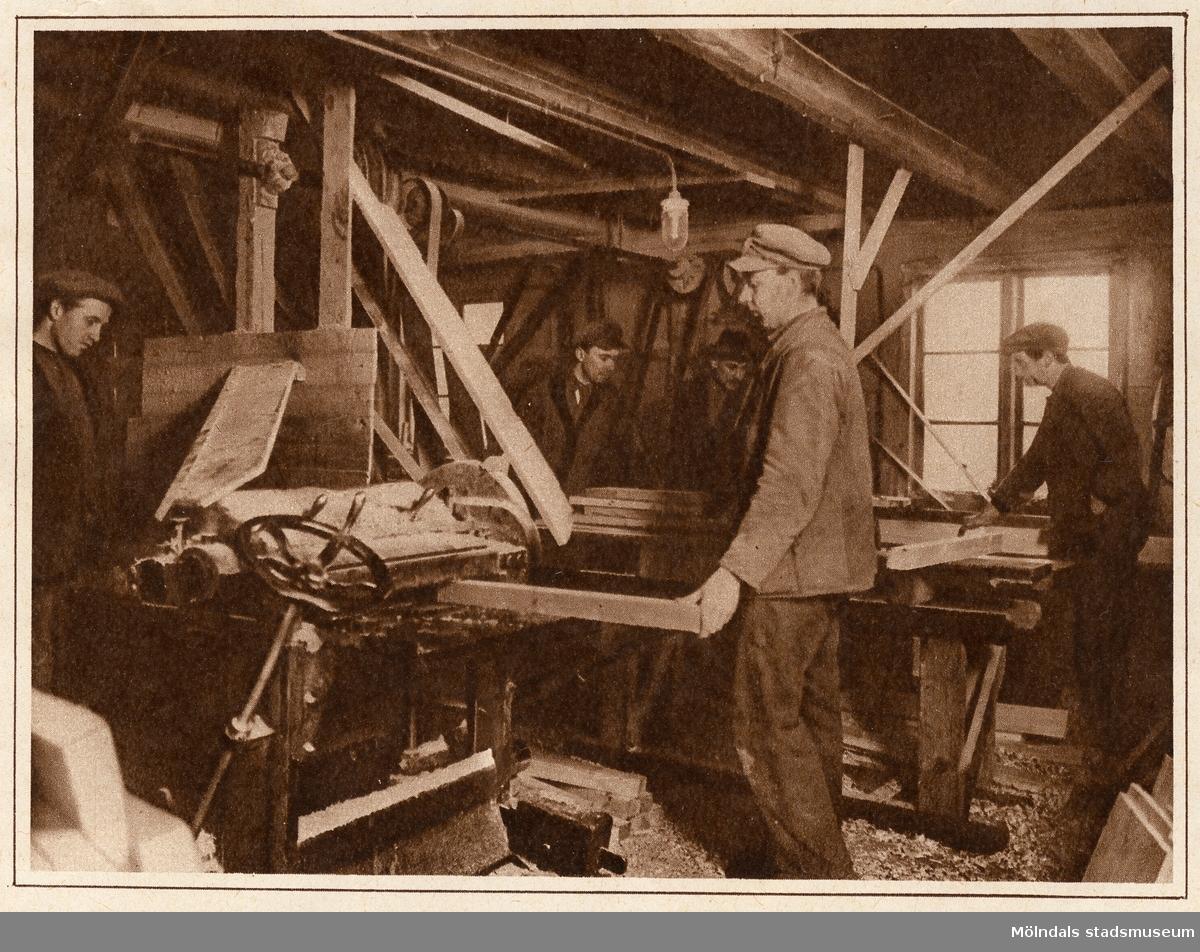 Virket hyvlas till.Bilderna 1993_0448-0453 är reproduktionsfotograferade ur en artikel i Vecko-Journalen, från år 1930, angående möbelsnickeriverksamheten i Lindome.